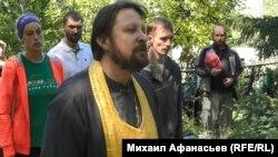 Священник о.Георгий проводит службу на братской могиле. 2018 г.