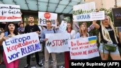 Активісти протестують проти повернення Росії до Парламентської асамблеї Ради Європи біля посольства Німеччини в Києві, 25 червня
