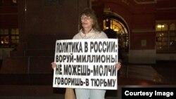 Ирина Калмыкова на пикете в Москве