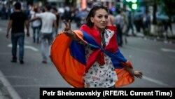 Участница акции протеста в Ереване