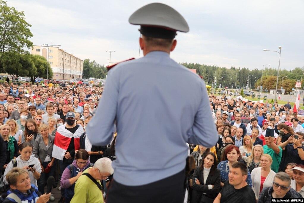 Участковы міліцыянт выступае на мітынгу жыхароў Новай Баравой. 20 жніўня