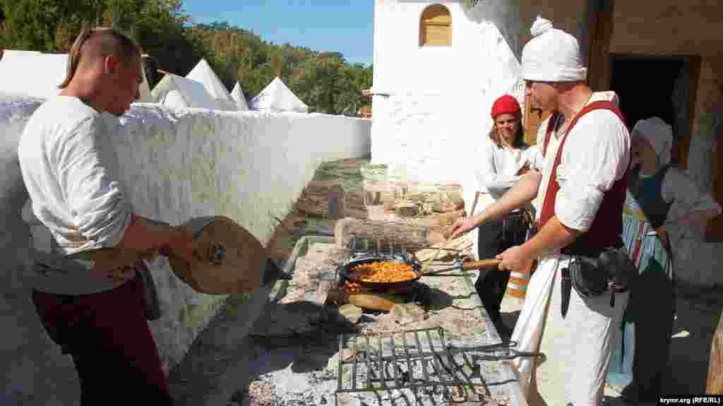 Для тих, хто зголоднів, «генуезькі колоністи» готують м'ясну зажарку