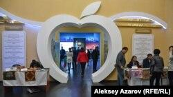 Арка внутри музея, контур которой стилизован под яблоко. Алматы. 18 мая 2017 года.