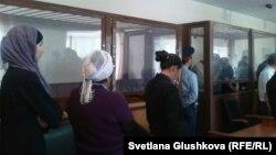 Шестеро подсудимых в день оглашения приговора по обвинению в терроризме. Астана, 14 августа 2013 года.