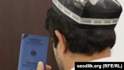 Беженец из Узбекистана с документом, предоставленным УВКБ ООН. Иллюстративное фото.