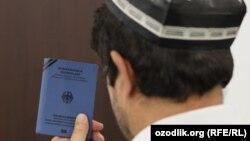 Узбекский беженец с документом ООН. (Иллюстративное фото.)