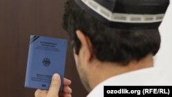 Өзбек босқыны БҰҰ берген құжатын ұстап отыр.