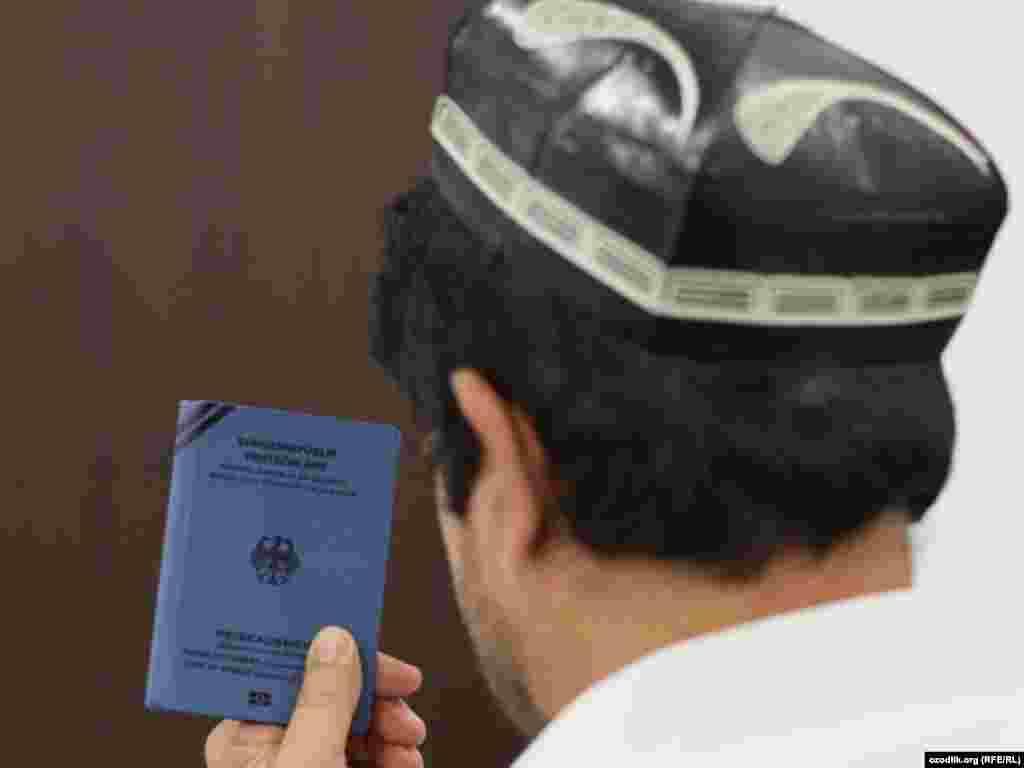 Казахстан подвергся критике правозащитных организаций, экстрадировав в Узбекистан беженца Хайрулло Турсунова несмотря на призывы Комитета ООН против пыток. На иллюстративном фото: Беженец из Узбекистана с документом, предоставленным УВКБ ООН.
