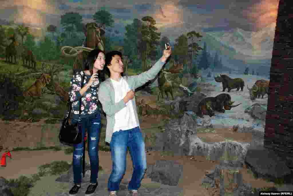 Келушілер музей қабырғасына салынған Жердің геологиялық тарихына да зер салды. Олар динозаврлар, мамонттар және өте ежелгі замандағы басқа да аңдардың суреттері алдында тұрып селфиге түсті.