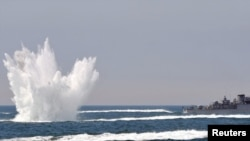 Южно-корейский патрульный корабль бросает глубинные бомбы, 27 мая 2010
