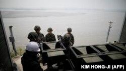 Түштүк Кореянын аскерлери үгүт жабдууларын чечип жаткан учур. 1-май, 2018-жыл.