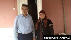 Поэт и журналист Махмуд Раджаб (слева) дома после освобождения из-под стражи в зале суда.