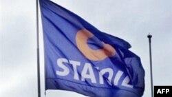Arxiv foto. Norveçin enerji nəhəngi Statoil-un bayrağı.