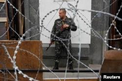 Вооруженные сепаратисты контролируют большинство административных зданий в Луганске. 12 мая