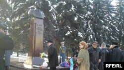 Д.Қонаевтың ескерткішіне гүл шоқтарын қою сәті. Алматы, 12 қаңтар, 2009 жыл.