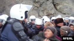 Cоңку жылдары Кыргызстанда нааразылык чараларын күч менен таратуу адатка айланды.