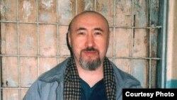 Диссидент Арон Атабектің 18 жылға сотталғаннан кейінгі Алматы тергеу абақтысында түскен суреті. 2007 жылдың ақпаны.