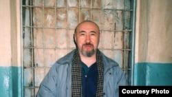 Диссидент Арон Атабек өзін 18 жылға түрме жазасына кесу туралы сот үкімі шыққан соң Алматының тергеу абақтысында. Ақпан, 2007 жыл.