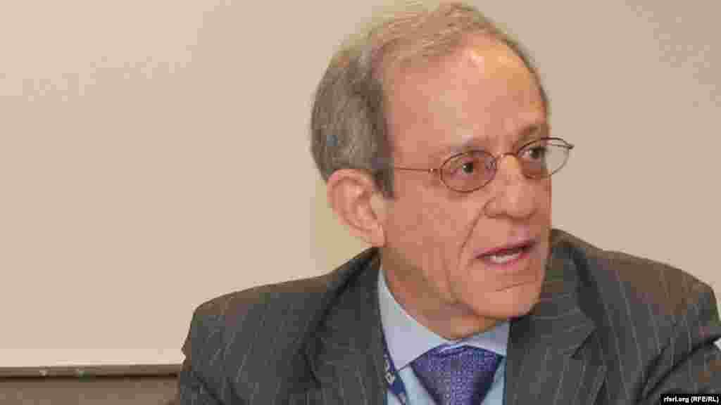 САД - Даниел Сервер, експерт за Балканот и професор на американскиот универзитет Џон Хопкинс оценува дека е можно во 2018 година да се направи пробив во решавањето на спорот за името и отстранување на блокадата за прием на Македонија во НАТО и почеток на пристапните преговори со ЕУ. Тој очекува остро противење од Москва, велејќи дека Русите ќе пробаат се што можат за да ја спречат Македонија да влезе во Алијансата.