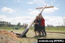 Усталёўка новых крыжоў у Курапатах