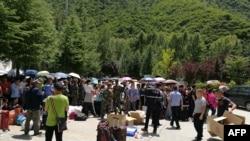 Се евакуираат туристи од областа погодена од земјотресот, провинција Сечуан, 9 август 2017.