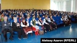 Ұлттық кітапхананың үлкен залында отырған көрермендер. Алматы. 4 наурыз 2014 жыл.
