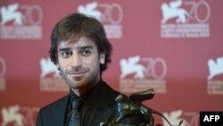 شهرام مکری پس از دریافت جایزه افقها در جشنواره ونیز