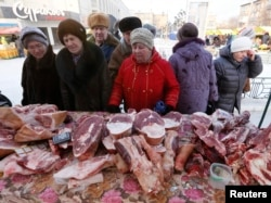 Мясной прилавок на базаре в Красноярске. 14 января 2015 года.