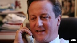 Britaniýanyň premýer-ministri D.Kameron prezident Obama bilen telefonda gürleşýär.