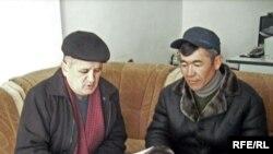"""""""Ата Мекендин"""" Жалал-Абат облусундагы координатору Асылбек Текебаев (солдо), 2010-жылдын 22-февралы"""