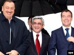 Әзербайжан президенті Ильхам Әлиев (сол жақта), Армения президенті Серж Саркисян (ортада), Ресей президенті Дмитрий Медведев. Петербор, 5 маусым 2009 жыл.
