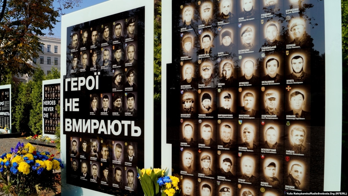 В Днепре установили стелу с портретами Амины Окуевой и погибших на Донбассе бойцов