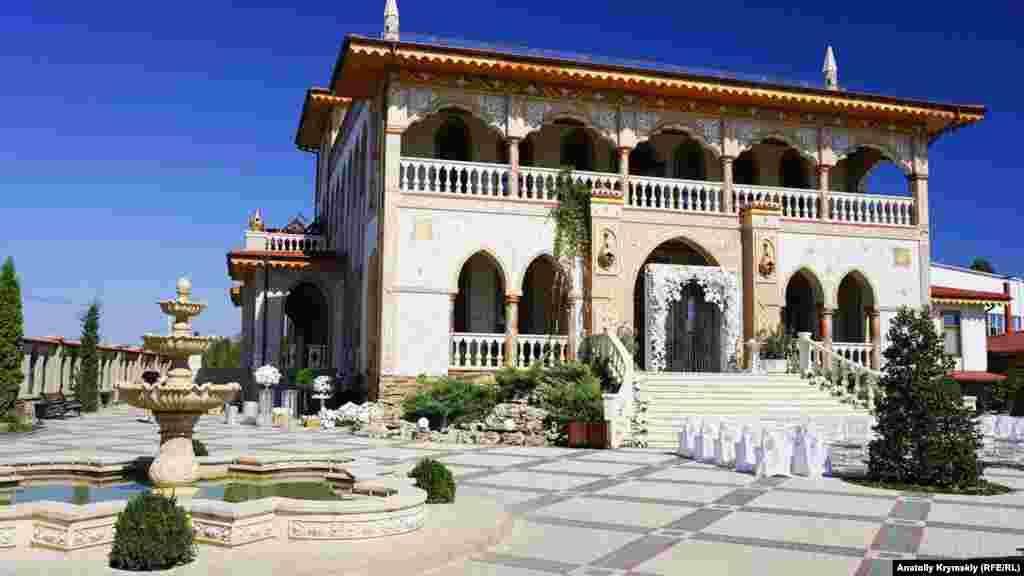 """""""Sarabuz"""" Qırım hanlarınıñ mühteşem sarayı üslübinde yapılğan"""
