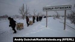 Люди рухаються у напрямку непідконтрольної території Луганської області після проходження контролю на КПВВ «Станиця Луганська»