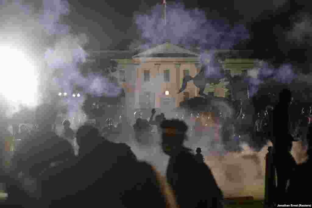 Протестувальники перед Білим домом у Вашингтоні. 31 травня 2020 року (Фото REUTERS/Jonathan Ernst TPX)
