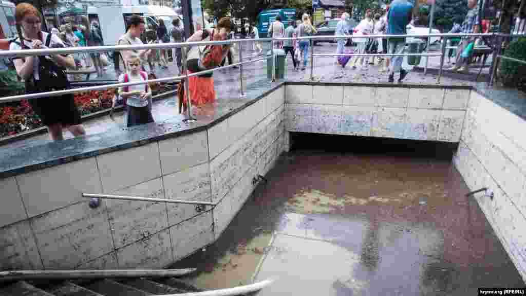 После ливня затопило подземный переход на площади Маршака у бывшего кинотеатра «Спартак»