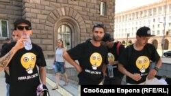 """Протестиращи носят тениски с надпис """"Няма да сме тихи"""""""