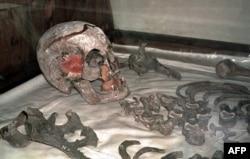 Останки Николая II, обнаруженные в 1990-е годы, незадолго до захоронения в Петропавловском соборе Санкт-Петербурга. Фото 1998 года