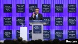 Ли Кэцян Тяньцзинь шаарындагы Дүйнөлүк экономикалык форумда сүйлөп жатат. 27-июнь, 2016-жыл.