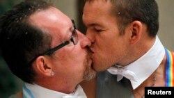 Argentina -- Alexander Eremeev (stânga) și Dimitry Zaytsev, cuplu gay din Soci, după căsătorie, Buenos Aires , 25 februarie 2014.