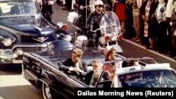 АҚШ президенті Джон Кеннеди қастандық жасалардан сәл бұрын. Даллас, 22 қараша 1963 жыл.