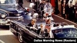 Președintele american John F. Kennedy, Prima Doamnă Jaqueline Kennedy și guvernatorul statului Texas John Connally în limuzina oficială cu cîteva clipe înainte de asasinarea președintelui, Dallas, 22 1963.