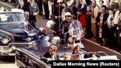 Президент США Джон Кеннеди за несколько мгновений до гибели. Даллас, 22 ноября 1963 года.
