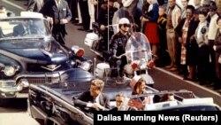 Президент Кеннеди суиқасд қурбони бўлишидан бир неча сония олдин олинган сурат. Техас штати, Даллас шаҳри. 1963 йил, 22 ноябрь.