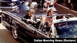 Президент США Джон Кеннеди за несколько мгновений до покушения. Даллас, 22 ноября 1963 года