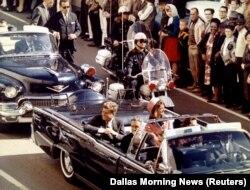 Джон Кеннеди за несколько секунд до гибели