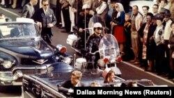 Джон Кеннеди за несколько мгновений до гибели 22 ноября 1963 года