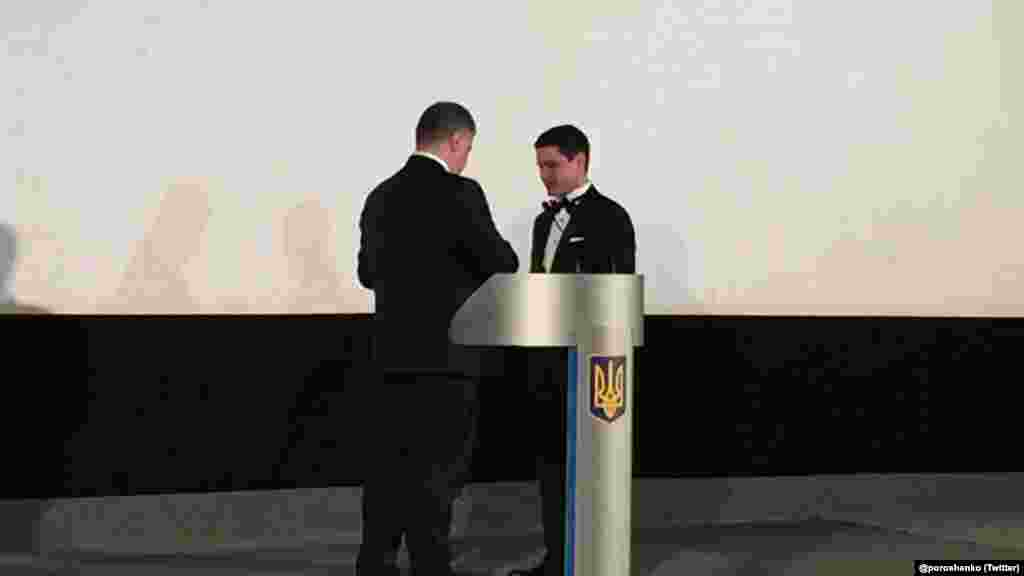 Президент України Петро Порошенко вручає Ахтему Сеітаблаєву орден «За заслуги» ІІІ ступеня на прем'єрі фільму в київському кінотеатрі, 6 грудня 2017 року