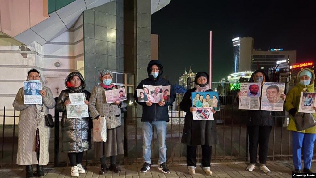Группа требует возвращения своих родственников в Синьцзян перед посольством Китая в Нур-Султане. 23 сентября 2021 года