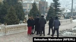 Акциянын катышуучулары менен милиция кызматкерлери, Нарын шаары. 14-январь, 2021-жыл.